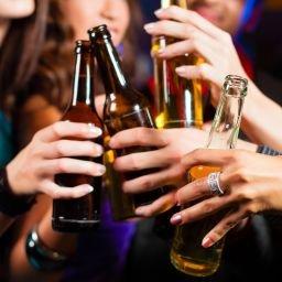 No Brasil, o alcoolismo na juventude é um problema recorrente e poucos discutido